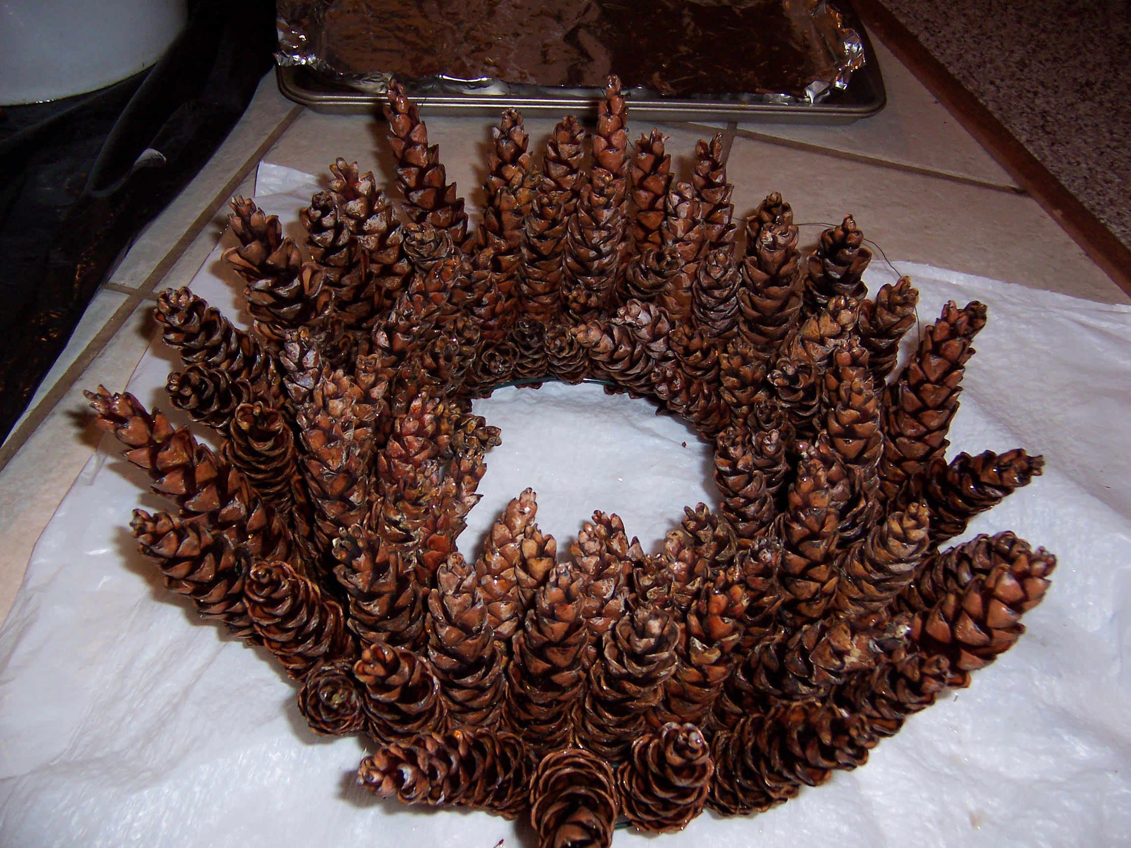 how to make a beautiful pine cone wreath without gluing